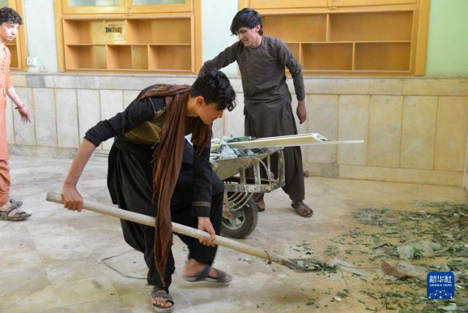 这是10月15日在阿富汗南部坎大哈省坎大哈市拍摄的清真寺爆炸现场。阿富汗南部坎大哈省首府坎大哈市一座清真寺15日遭爆炸袭击。联合国阿富汗援助团说,袭击造成至少30人死亡,另有数十人受伤。新华社发 (萨纳乌拉·西奥姆 摄)11