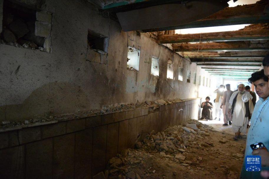 这是10月15日在阿富汗南部坎大哈省坎大哈市拍摄的清真寺爆炸现场。新华社发 (萨纳乌拉·西奥姆 摄)
