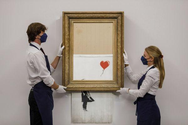 """外媒:英国艺术家班克西""""自毁""""画作拍出天价"""