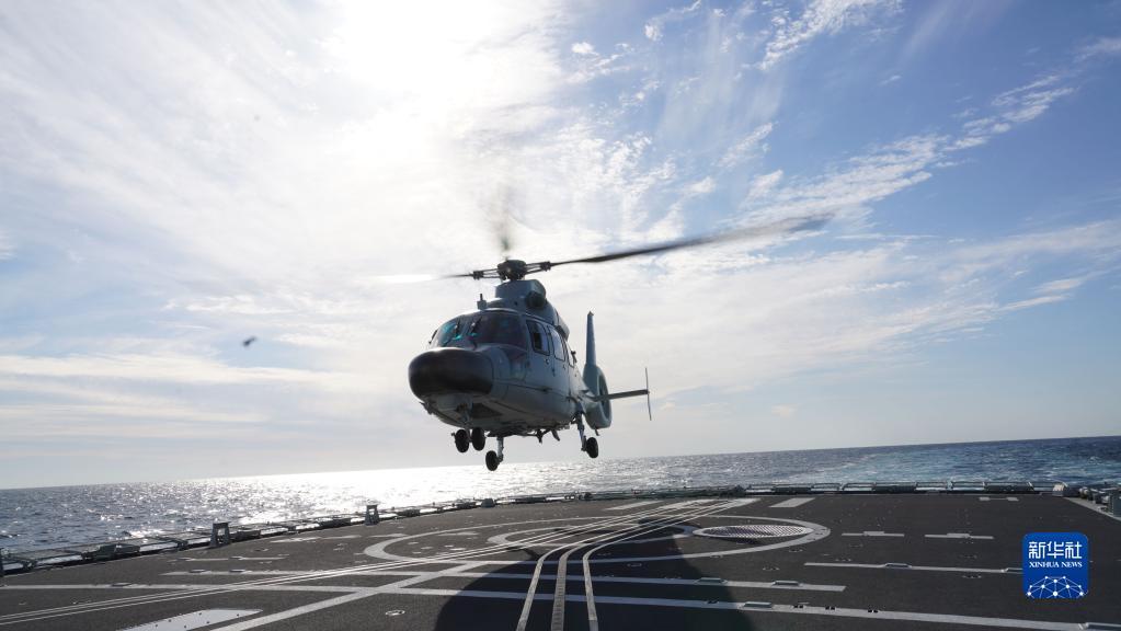 """10月15日,在俄罗斯彼得大帝湾附近海空域进行的中俄""""海上联合-2021""""联合军事演习期间,中国海军舰载直升机在南昌舰起飞准备开展直升机演练。新华社发(孙飞 摄)"""
