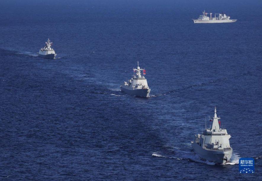 """10月15日,在俄罗斯彼得大帝湾附近海空域,中国海军舰艇编队在中俄""""海上联合-2021""""联合军事演习期间航行。当日,中俄""""海上联合-2021""""联合军事演习在俄罗斯彼得大帝湾附近海空域举行。演习以""""维护海上战略通道安全""""为课题,中俄双方主要围绕通过水雷威胁区、消灭浮雷、编队防空、对海射击、联合机动、联合反潜等课目展开演练。新华社发(王游 摄)2"""