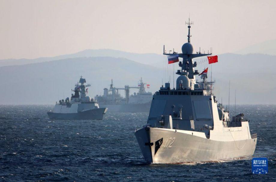 """10月15日,在俄罗斯彼得大帝湾附近海空域进行的中俄""""海上联合-2021""""联合军事演习期间,中国海军参演舰艇驶向演练海域。新华社发(李唐 摄)"""