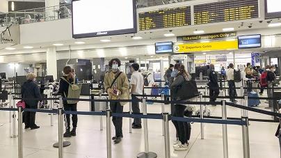 英媒:美国从下月起放宽外国人旅行禁令