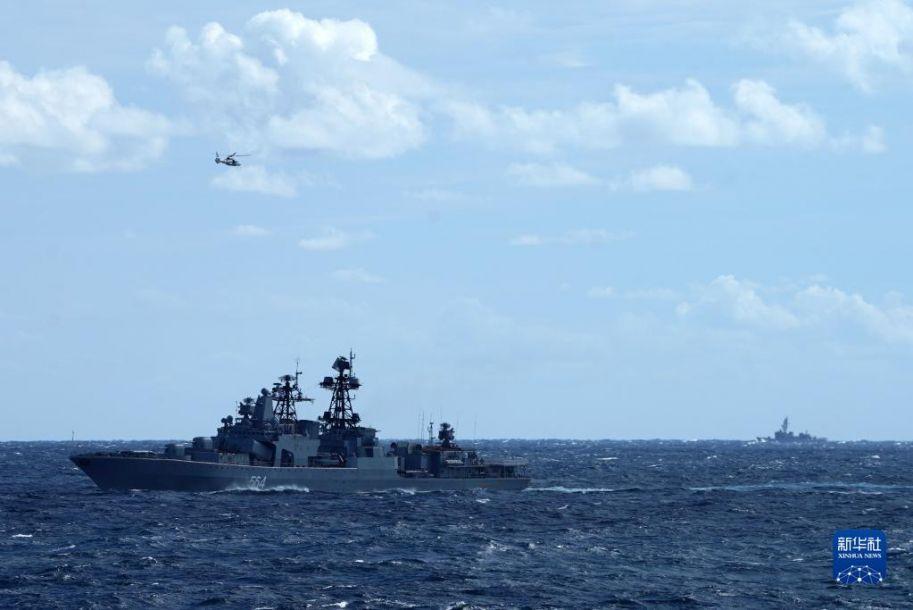 中俄海军首次海上联合巡航期间,日自卫队舰艇(右)对俄大型反潜舰(左下)和中方舰载直升机(左上)联合训练进行跟踪侦察(10月23日摄)。10月17日至23日,中俄两国海军的10艘舰艇、6架舰载直升机组成联合编队,在日本海、西太平洋、东海海域成功组织实施了首次海上联合巡航。联合巡航期间,有外国舰艇和飞机对编队进行跟踪侦察和情报搜集。中方舰艇依据相关国际法,对其进行喊话警告,要求对方保持安全距离,不得干扰编队正常航行。新华社发(孙金钢 摄)14