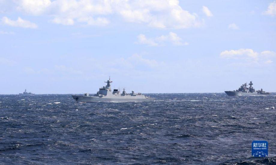 中俄海军首次海上联合巡航期间,日自卫队舰艇(左)对中方昆明舰(中)和俄大型反潜舰(右)进行跟踪侦察(10月23日摄)。10月17日至23日,中俄两国海军的10艘舰艇、6架舰载直升机组成联合编队,在日本海、西太平洋、东海海域成功组织实施了首次海上联合巡航。联合巡航期间,有外国舰艇和飞机对编队进行跟踪侦察和情报搜集。中方舰艇依据相关国际法,对其进行喊话警告,要求对方保持安全距离,不得干扰编队正常航行。新华社发(王锐涛 摄)