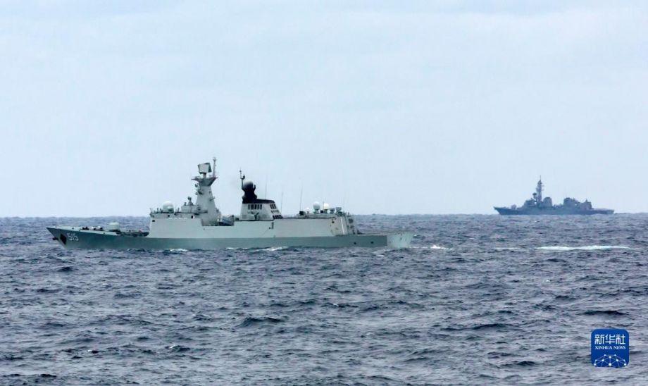 中俄海军首次海上联合巡航期间,日自卫队舰艇(右)对中方滨州舰(左)进行跟踪侦察(10月21日摄)。10月17日至23日,中俄两国海军的10艘舰艇、6架舰载直升机组成联合编队,在日本海、西太平洋、东海海域成功组织实施了首次海上联合巡航。联合巡航期间,有外国舰艇和飞机对编队进行跟踪侦察和情报搜集。中方舰艇依据相关国际法,对其进行喊话警告,要求对方保持安全距离,不得干扰编队正常航行。新华社发(韩成 摄)