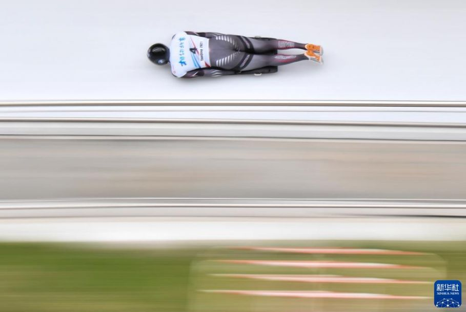 """10月25日,拉脱维亚选手杜库尔斯在男子钢架雪车比赛中。当日,""""相约北京""""2021 2022雪车和钢架雪车计时赛在北京延庆国家雪车雪橇中心正式开赛,这是国家雪车雪橇中心场馆建成后举办的首场国际赛事。 新华社记者 贺长山 摄11"""