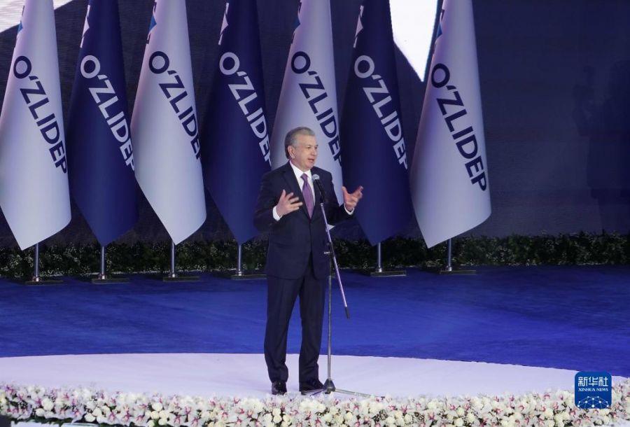 10月25日,在乌兹别克斯坦首都塔什干,米尔济约耶夫获胜后发表讲话。乌兹别克斯坦中央选举委员会25日宣布,初步统计结果显示,现任总统、自由民主党候选人米尔济约耶夫在新一届总统选举中以80.1%的得票率获胜,连任总统,任期5年。新华社发(扎法尔 摄)