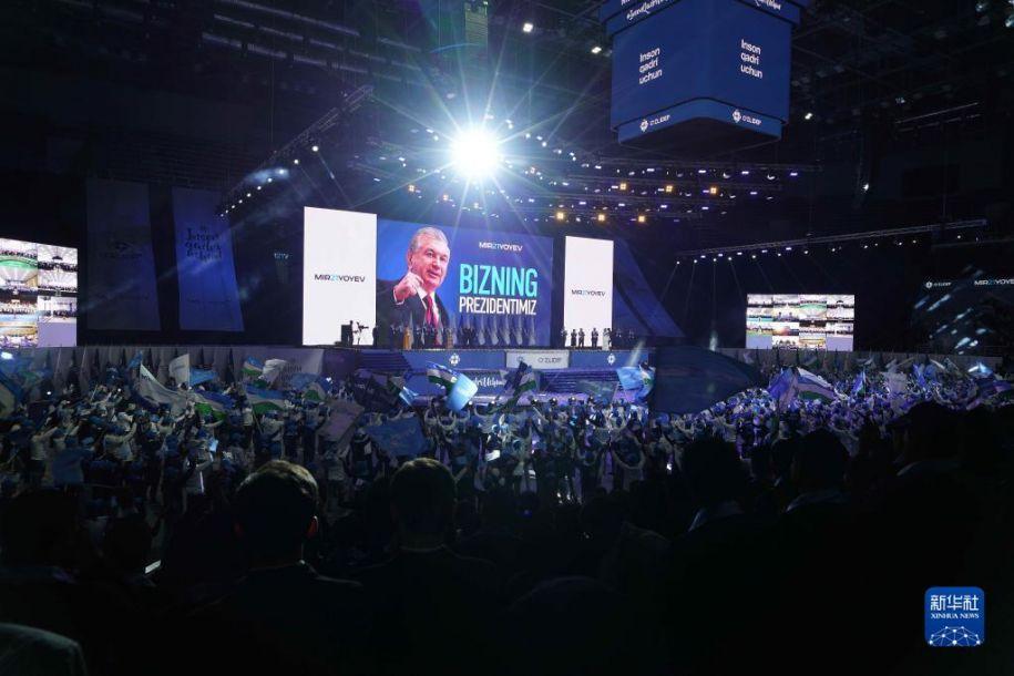 10月25日,在乌兹别克斯坦首都塔什干,人们庆祝米尔济约耶夫获胜。乌兹别克斯坦中央选举委员会25日宣布,初步统计结果显示,现任总统、自由民主党候选人米尔济约耶夫在新一届总统选举中以80.1%的得票率获胜,连任总统,任期5年。新华社发(扎法尔 摄)5