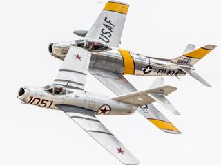 昔日死敌今日队友!F-86与米格-15齐飞
